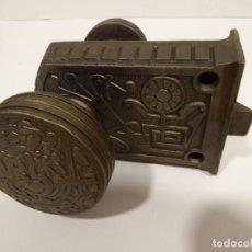 Antigüedades: CERRADURA ANTIGUA CON RELIEVES INCOMPLETA. Lote 67444213