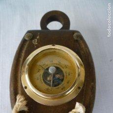 Antigüedades: BAROMETRO INCRUSTADO EN ADORNO MARINO EN BUEN ESTADO, MADERA SANA. Lote 67854953