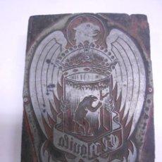 Antigüedades: ANTIGUA PLANCHA DE IMPRESION CERVEZA EL AGUILA ORIGINAL. METAL SOBRE MADERA. 7,7 X 10,5 CMS. Lote 67863917