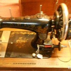 Antigüedades: MAQUINA DE COSER COMPLETA CON CAJA LLAVE MAQUINA DE SUIZA. Lote 68101489