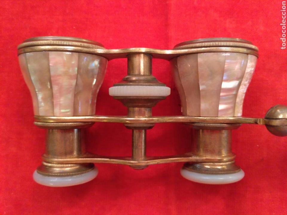Antigüedades: Prismáticos - binoculares (o impertinentes) de nácar y metal dorado del siglo XIX - Foto 5 - 68201702