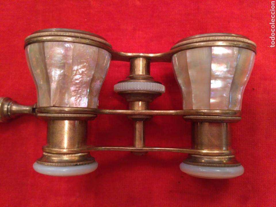 Antigüedades: Prismáticos - binoculares (o impertinentes) de nácar y metal dorado del siglo XIX - Foto 6 - 68201702