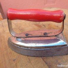 Antigüedades: PLANCHA PEQUEÑA CON POSAPLANCHA, ANTIGUA ALEMAN. Lote 68202630