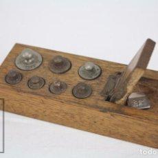 Antigüedades: JUEGO COMPLETO DE ANTIGUOS PESOS / PESAS PARA BALANZA EN SU CAJITA / SOPORTE ORIGINAL. Lote 68653109