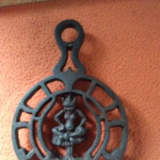 Antigüedades: REPOSA PLANCHAS O SALVAMANTELES DE HIERRO. Lote 69065485