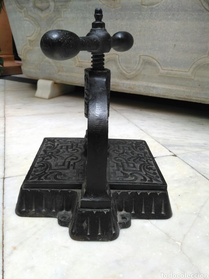 Antigüedades: Prensa de hierro de encuadernar libros del siglo XIX, imprenta - Foto 5 - 69366287