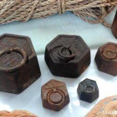 Antigüedades: JUEGO DE CINCO PESAS ORIGINALES EN HIERRO. HEXAGONALES.. Lote 69416857