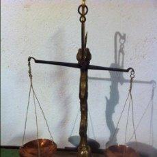 Antigüedades: BALANZA PARA PESAR ESPECIAS DE HIERRO FORJADO, PLATOS DE COBRE Y FIEL DE BRONCE(7). Lote 69608297