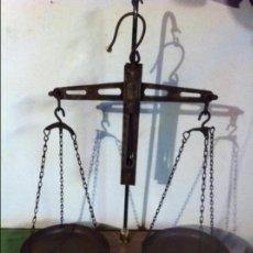 Antigüedades: ANTIGUA BALANZA DE ULTRAMARINOS EN HIERRO FORJADO CON FIEL INVERTIDO Y SOPORTE HIERRO Y NOGAL+5 PESA. Lote 69611841