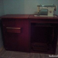 Antigüedades: MAQUINA COSER MANUAL SINGER 258. CON MUEBLE MADERA.. Lote 69847761