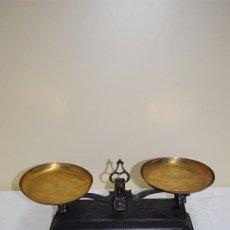 Antigüedades: BASCULA ANTIGUA DE HIERRO FUNDIDO CON DOS PLATOS - 1 KG. Lote 70022117