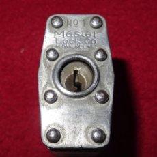 Antigüedades: ANTIGUO CANDADO MASTER LOCK Nº 1 MADE IN USA CON LLAVE. Lote 70024917