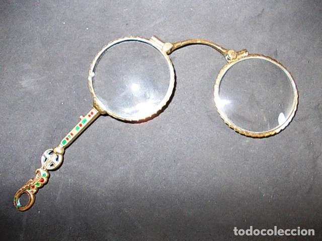ANTIGUO BINOCULO PLEGABLE, ARTICULABLE CON MANGO FINAMENTE DECORADO CON ESMALTES (Antigüedades - Técnicas - Instrumentos Ópticos - Binoculares Antiguos)