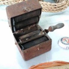 Antigüedades: ANTIGUA AFILADORA DE CUCHILLAS DE AFEITAR:. Lote 70218501