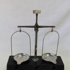 Antigüedades: BALANZA CON 5 PESAS EN METAL Y BAQUELITA. Lote 70274321