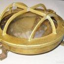 Antigüedades: LAMPARA FAROL ANTIGUO OJO DE BUEY BARCO METAL DORADO CRISTAL PETROLEO DECORACION NAUTICA. Lote 70314077