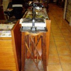 Antigüedades: PRENSA DE ENCUADERNAR CON MUEBLE ART- DÉCO. Lote 70359409