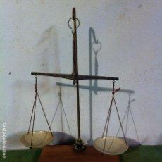 Antigüedades: BONITA BALANZA ANTIGUA HIERRO FORJADO SOBRE SOPORTE DE BRONCE Y NOGAL Y PLATOS DE BAQUELITA(BQ 18). Lote 70397557
