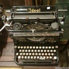 Maquina de escribir antigua necesita puesta a punto.