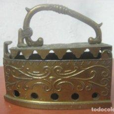 Antigüedades: BONITA PLANCHA DE CARBON HECHA COMPLETA EN BRONCE LABRADO CON MUCHOS DETALLES, ANTIGUA. Lote 70632593