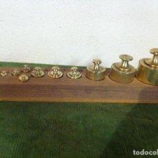 Antigüedades: PRECIOSO, ANTIGUO Y COMPLETO JUEGO DE 10 PESAS DE BRONCE DESDE 1 KG HASTA 5 G EN TACO DE NOGAL (E25). Lote 71186509