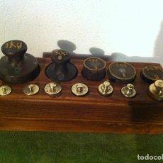 Antigüedades: BONITO, ANTIGUO Y COMPLETO JUEGO DE 11 PESAS EN HIERRO Y BRONCE EN TACO DE PINO FLANDES (Q22). Lote 71381835