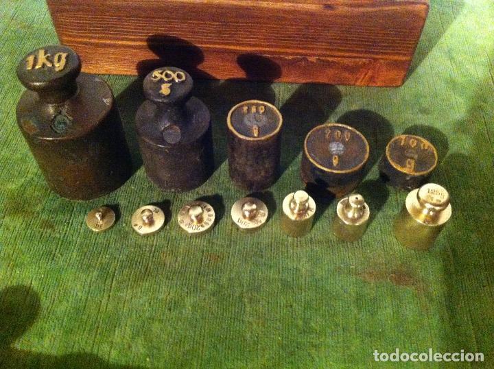 Antigüedades: BONITO, ANTIGUO Y COMPLETO JUEGO DE 11 PESAS EN HIERRO Y BRONCE EN TACO DE PINO FLANDES (Q22) - Foto 2 - 71381835