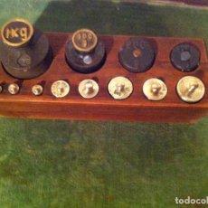 Antigüedades: BONITO, ANTIGUO Y COMPLETO JUEGO DE 12 PESAS DE HIERRO Y BRONCE EN TACO DE PINO FLANDES (Q17). Lote 71385203