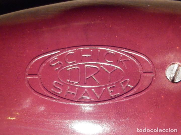 Antigüedades: Muy Bonita y Antigua Maquina Americana de Afeitar Schick Dry Shaver - Baquelita Granate, con su caja - Foto 4 - 214672832