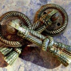 Antigüedades: ANTIGUA PAREJA DE PEQUEÑOS TIRADORES DE METAL - ORIGINAL FORMA DE NUDO - IDEALES PARA MESILLAS - ETC. Lote 71558443