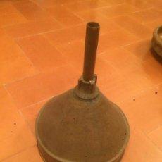 Antigüedades: ANTIGUO EMBUDO DE LATÓN DE COCHE ANTIGUO AÑOS 30-40. Lote 71760099