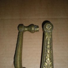 Antiquités: DOS PICAPORTES DE PUERTA LABRADOS A MANO. Lote 187572706