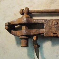 Antigüedades: CENTENARIO TORNILLO DE BANCO REALIZADO A FORJA. Lote 71930971