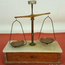 Antigüedades: BALANZA DE PRECISION. CONSOLA EN MADERA Y BASE EN MARMOL. SIGLO XIX.. Lote 71977567