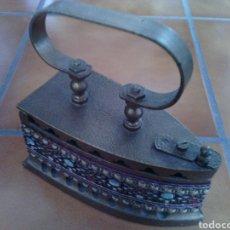 Antigüedades: PLANCHA DE HIERRI DE CARBON.. ESTÁ PINTADA Y ADORNADA.. Lote 72018450
