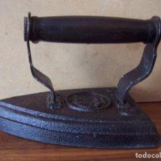 Antigüedades: PLANCHA DE HIERRO DE PRINCIPIOS DEL SIGLO XX. DIMENSIONES: 15 CM DE LARGO DE BASE.. Lote 72124439
