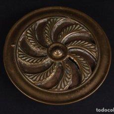 Antigüedades: CLASICA MIRILLA DE LATON PARA PUERTA. Lote 72194263
