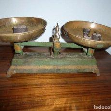 Antigüedades: BALANZA BASCULA CON PESOS VERDE. Lote 72206219