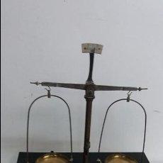 Antigüedades: ANTIGUA BALANZA DE FARMACIA.. Lote 72210179