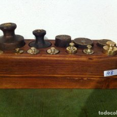 Antigüedades: COMPLETO JUEGO DE 12 PESAS ANTIGUAS DE HIERRO Y BRONCE EN TACO DE MADERA (Q18). Lote 72266371