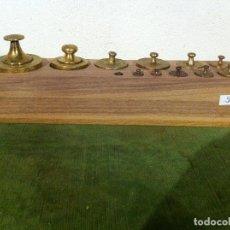 Antigüedades: PRECIOSO Y COMPLETO JUEGO DE 12 PESAS ANTIGUAS DE BRONCE DESDE 1 KG HASTA 5 G EN TACO DE NOGAL (51). Lote 72318603