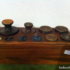 Antigüedades: BONITO JUEGO DE 10 ANTIGUAS PESAS DE HIERRO EN TACO DE MADERA DESDE 1 KG HASTA 5G (M08). Lote 72326179
