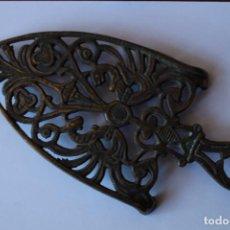 Antigüedades: SOPORTE PLANCHA PLANCHERO METAL. Lote 142423797