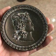 Antigüedades: GRAN TIRADOR O POMO DE LATON O BRONCE CON IMAGEN. Lote 72907555