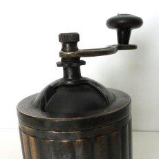 Antigüedades: ANTIGUO Y RARO MOLINILLO DE CAFÉ METÁLICO.- CA. 1950. Lote 72907667