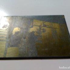 Antigüedades: PLANCHA DE IMPRESIÓN CON IMAGEN DE PERSONAS COMULGANDO. METAL.. Lote 73011771