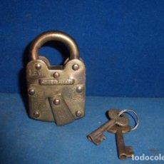 Antigüedades: CANDADO DE BRONCE CON DOS LLAVES, FUNCIONANDO PERFECTAMENTE. Lote 103311242