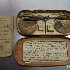 Antigüedades: BALANZA EN CAJA Y CON TRES PESAS. LIBRO DE MALLORCA REDUCCIÓ DE ARROBAS A LIBRAS. Lote 73449483