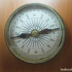 Antigüedades: ANTIGUA BRÚJULA CON TAPA METÁLICA, CIRCA 1880. Lote 73645787