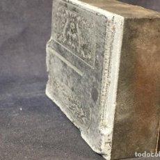 Antigüedades: PLANCHA GRABADO ZINC EXCAVADA CONSTRUCTORES PIANO EXPO MUSICA 2,5X8X5,5CMS. Lote 73678895
